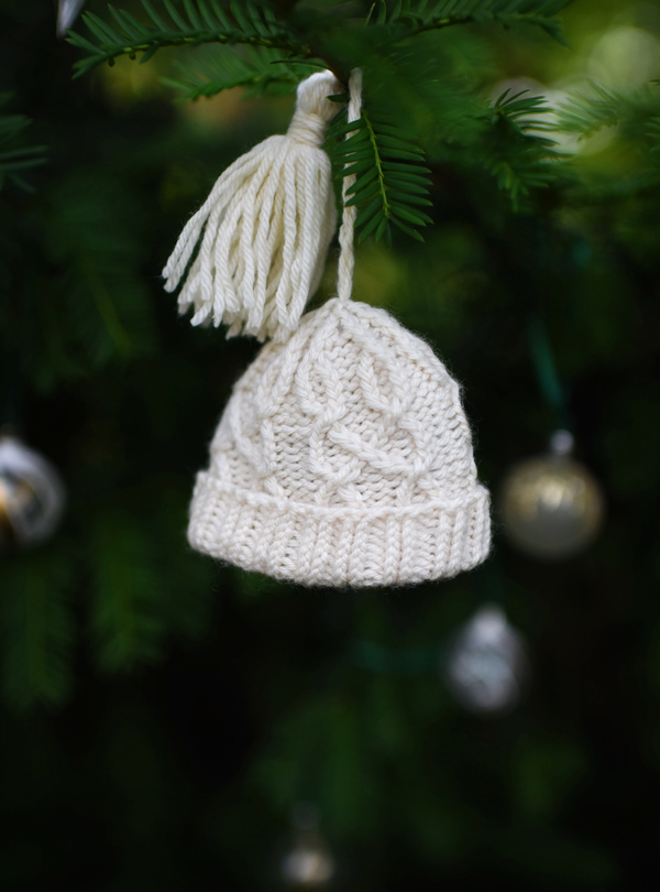 Knitted hat ornament, nilas